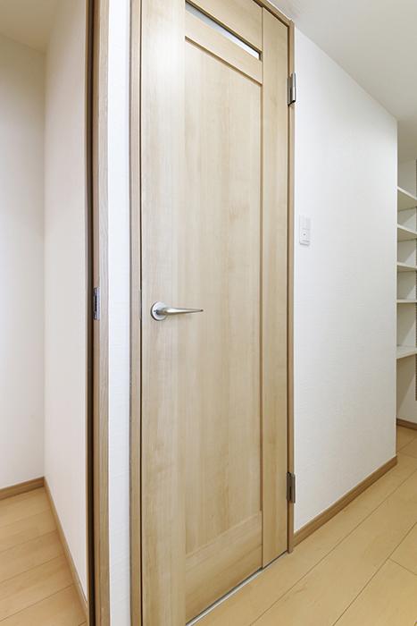 【ハイライク栄ハイツ】_805号室_サニタリースペース_トイレへのドア_MG_3198