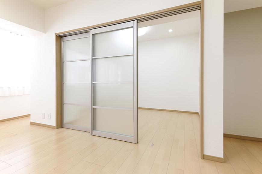 【ハイライク栄ハイツ】_805号室_LDKと洋室1を仕切るスライド式のドア_MG_3289