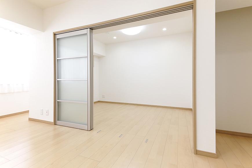 【ハイライク栄ハイツ】_805号室_LDKと洋室1を仕切るスライド式のドア_MG_3293
