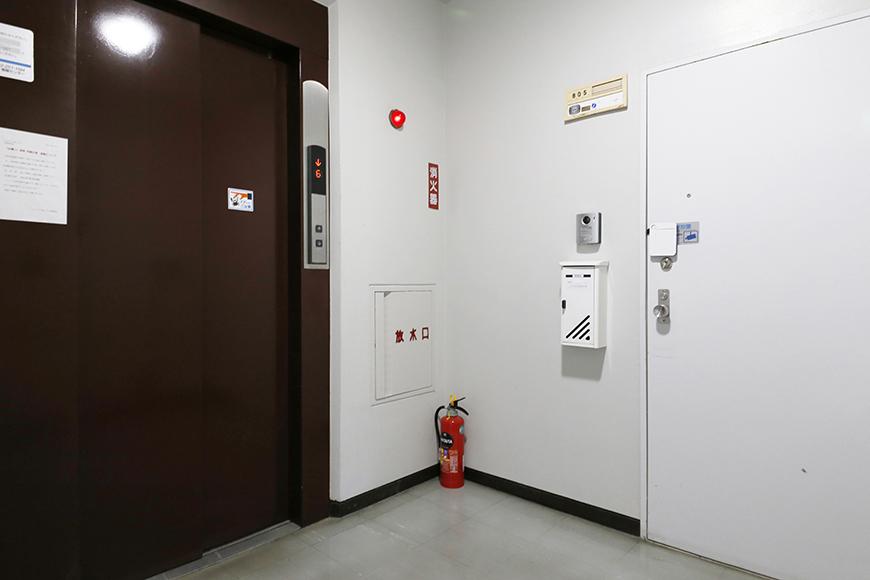 【ハイライク栄ハイツ】_805号室_玄関はエレベータからすぐそこ_MG_2973