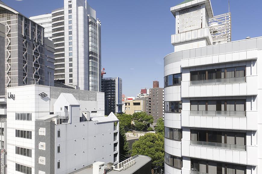 【ハイライク栄ハイツ】_805号室_LDK_窓からの眺望_建物のスキマから矢場公園がチラッと…_MG_3407