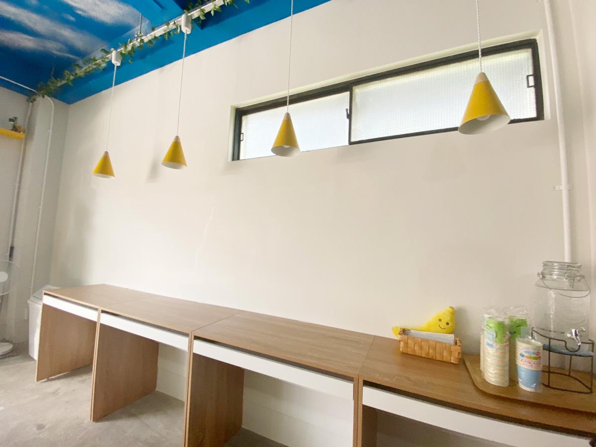 IMG_4501_壁面のカウンター席。バナナをイメージしたペンダントランプが可愛いです(^_^)