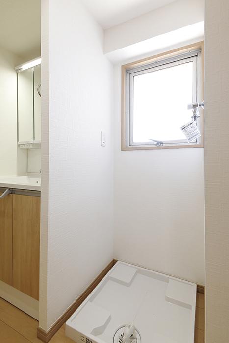 【ハイライク栄ハイツ】_805号室_サニタリースペース_小さな窓のある室内洗濯機置き場_MG_3155