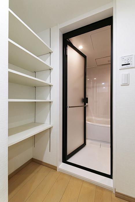 【ハイライク栄ハイツ】_805号室_サニタリースペース_バスルームと収納棚_MG_3236
