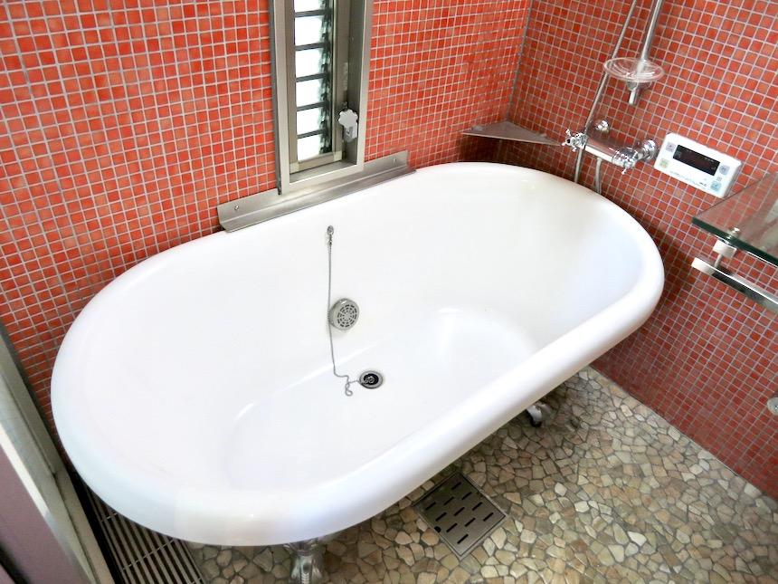 バスルーム。赤いモザイクタイルが貼られてたバスルーム 猫足バスタブ「印象派」ARK HOUSE 南館3-C 00003