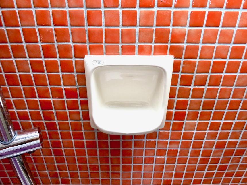 バスルーム。赤いモザイクタイルが貼られてたバスルーム 猫足バスタブ「印象派」ARK HOUSE 南館3-C 00008