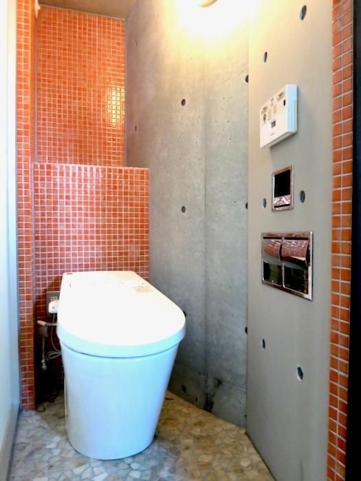 赤いモザイクタイルが貼られてたトイレ「印象派」ARK HOUSE 南館3-C 00002