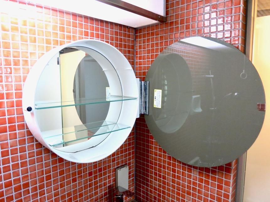 バスルーム。赤いモザイクタイルが貼られてたバスルーム 猫足バスタブ「印象派」ARK HOUSE 南館3-C 00007