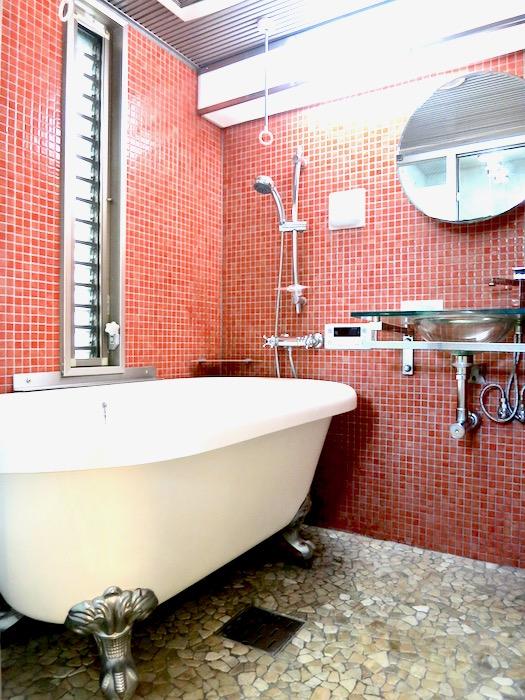 バスルーム。赤いモザイクタイルが貼られてたバスルーム 猫足バスタブ「印象派」ARK HOUSE 南館3-C 00001