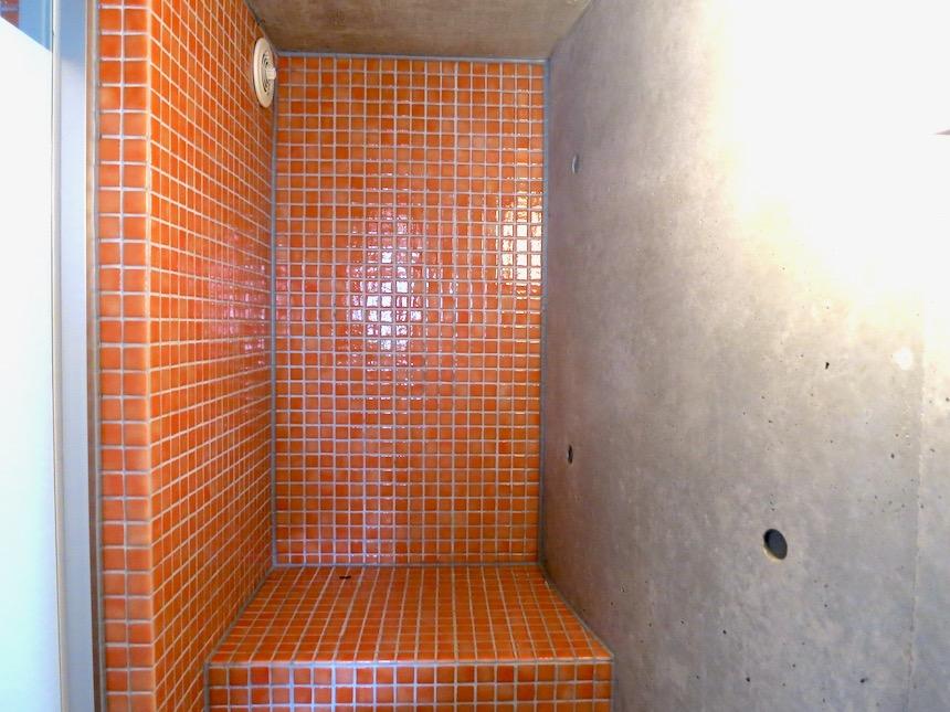 赤いモザイクタイルが貼られてたトイレ「印象派」ARK HOUSE 南館3-C 00003
