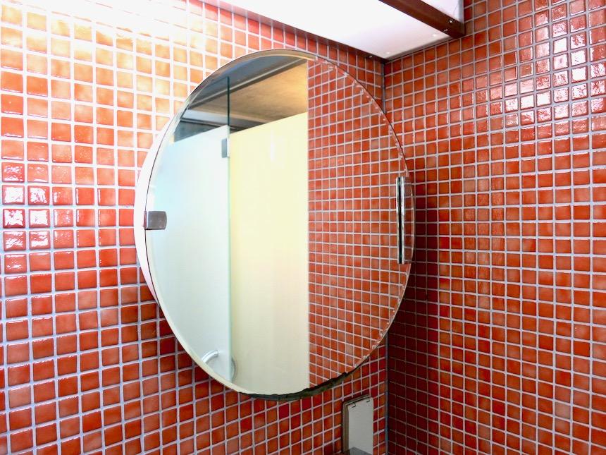 バスルーム。赤いモザイクタイルが貼られてたバスルーム 猫足バスタブ「印象派」ARK HOUSE 南館3-C 00006