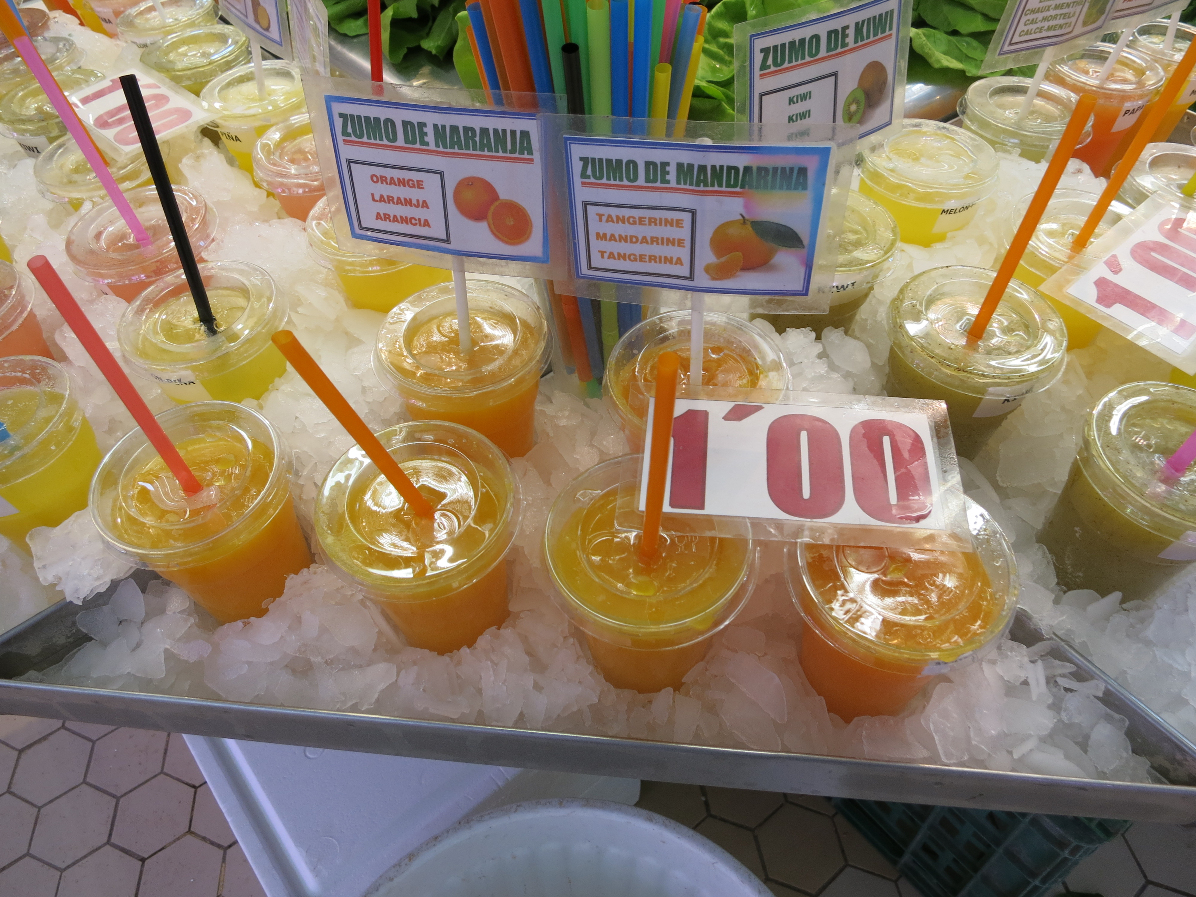 """IMG_5153_店先に並ぶ""""スーモ・デ・ナランハ""""(オレンジジュース)ーバレンシアの中央市場(Mercat Central)よりー"""