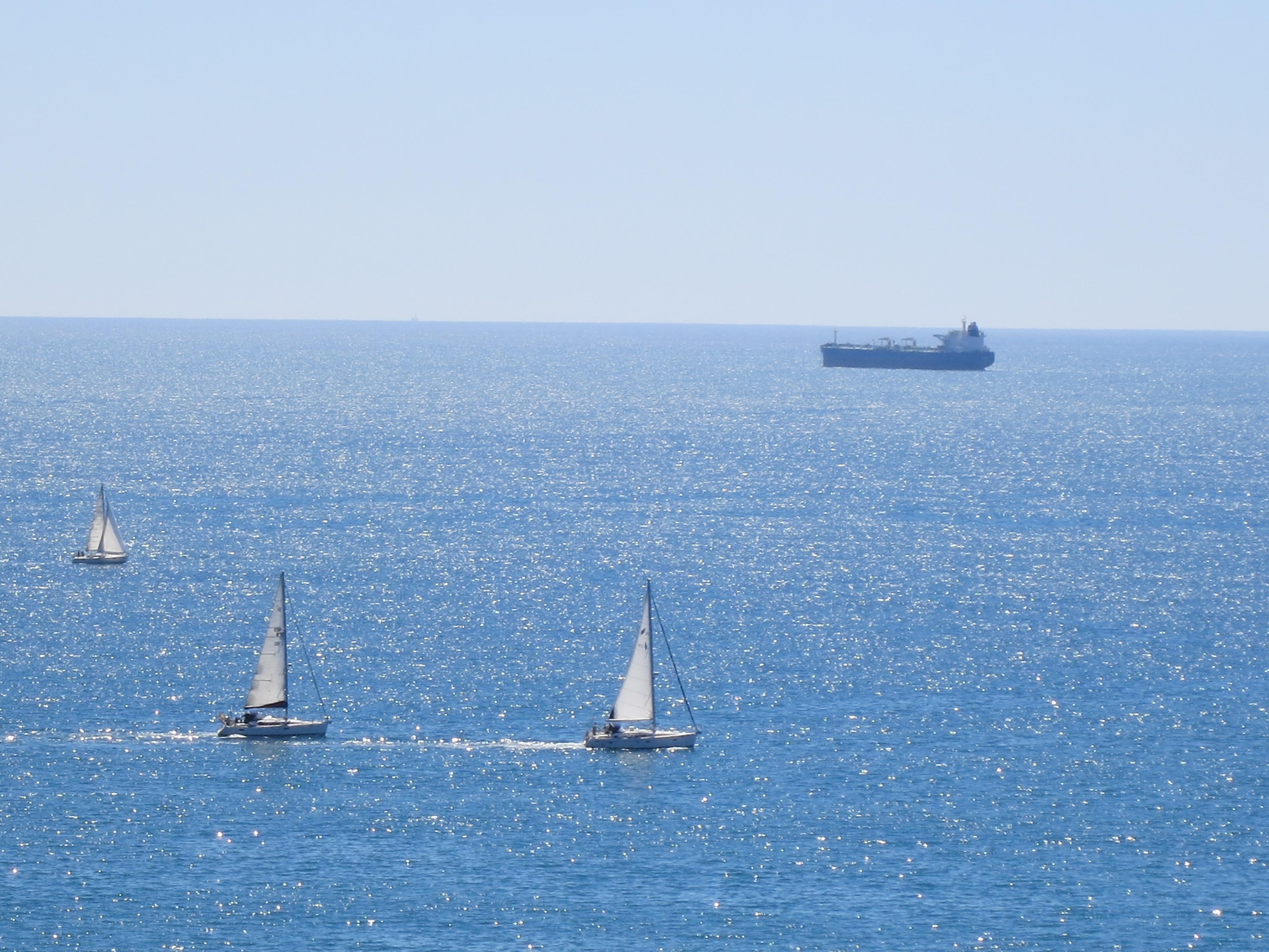 IMG_5198_春先というのに太陽の光が波間を照らしてまばゆい地中海 ースペイン地中海沿岸の街:タラゴナよりー