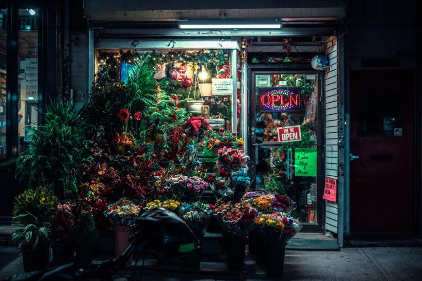 ブルックリンの街角に佇むフラワーショップ_4FC8FE22-FA06-4A14-A295-7B8616208C48