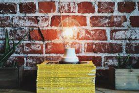 床に雑誌を重ねて無造作に置く照明_7F4E18E1-CE49-4DB9-87D7-DE661FC14B11