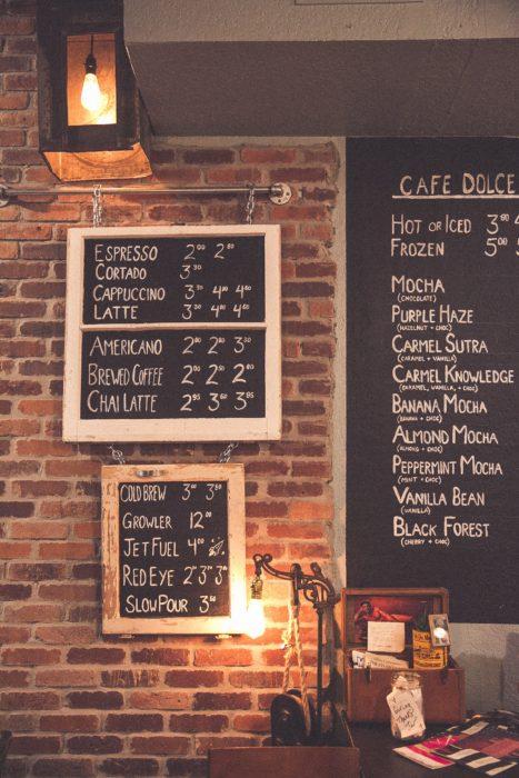 英字のブラックボードが象徴的なカフェ_816FDF46-A556-467F-AB0A-7B9D801917D2