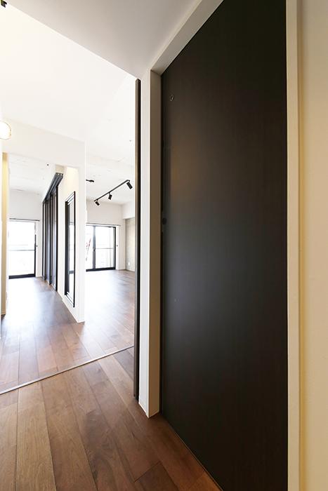 ロイヤルハイツタニ_306号室_廊下_LDKの手前の右側にトイレのドア_MG_2163