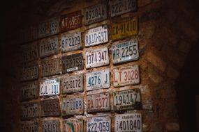 レンガ壁にしっくりくるビンテージライセンスプレート_97DC8835-0DC1-4A7E-9612-9537AE8CC524
