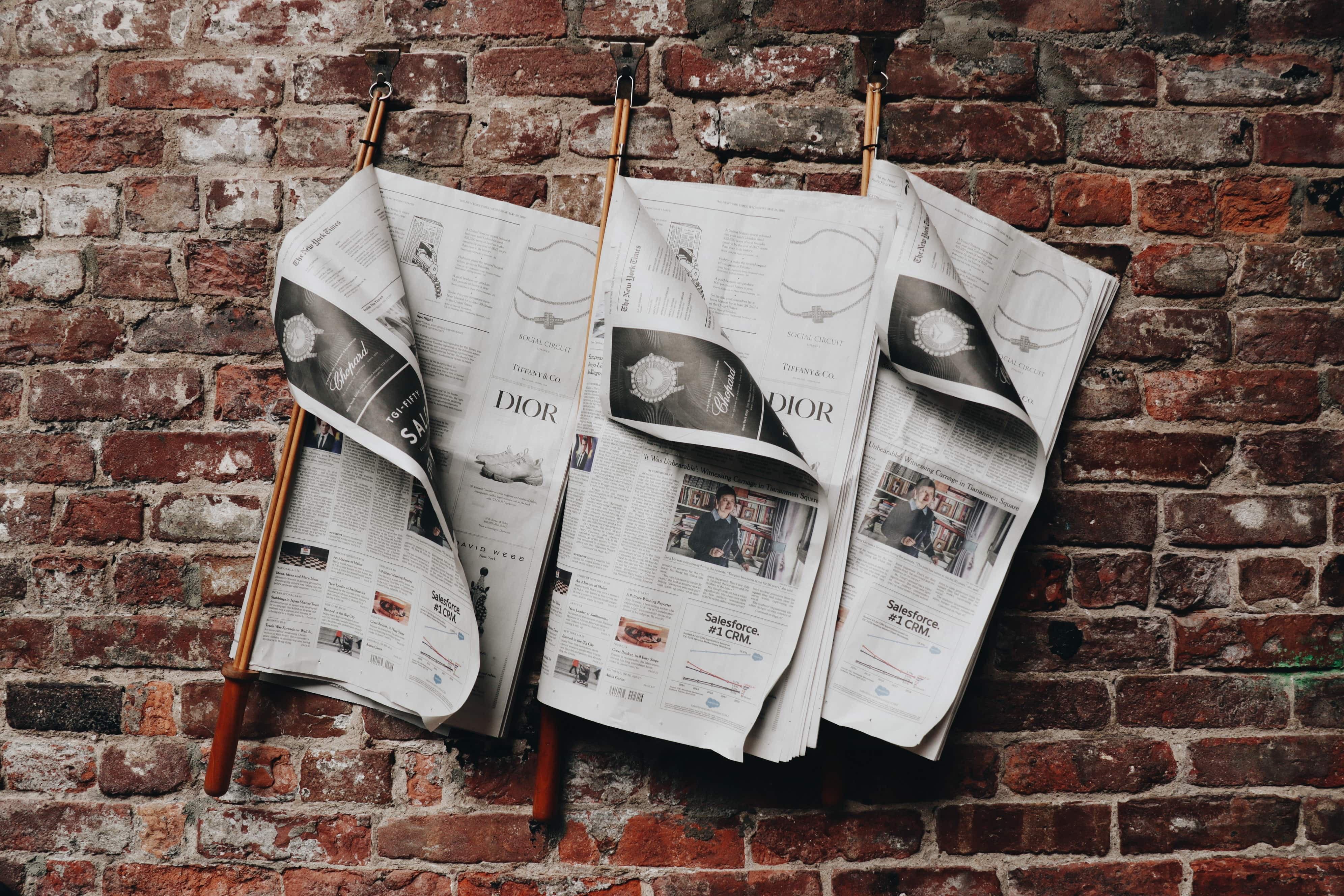 レンガ壁に英字新聞を飾ってみる_ED7B7466-5887-4CBE-864B-6EEFC1AEAE91
