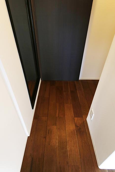 ロイヤルハイツタニ_306号室_洋室からウォークインクローゼットへの廊下部_玄関方向のドアをクローズ_MG_2564
