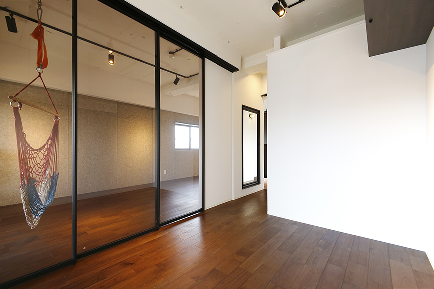 ロイヤルハイツタニ_306号室_洋室_LDKとの仕切りドアをクローズ_MG_2485