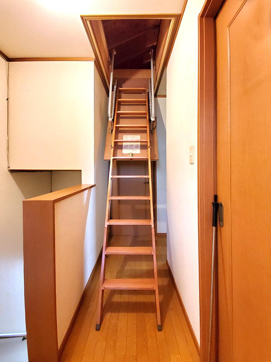 屋根裏階段01