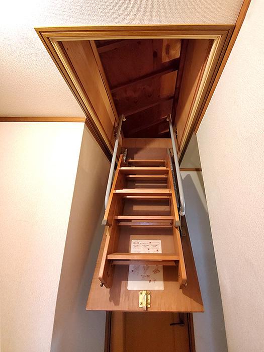 屋根裏階段途中おろし01