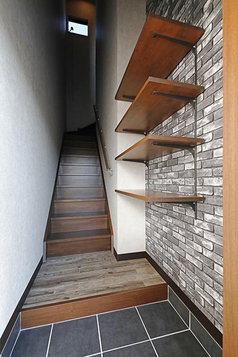1階の玄関から2階のLDKスペースに続く階段です。_MG_8409