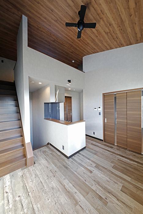 窓側壁面から見たLDKスペース  ロフトがある分、天井高が高くて開放感が感じられます。_MG_8475