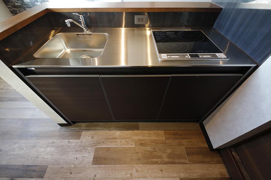キッチンは、IHの2口コンロです。パネルのカラーもダークブラウンでしっくりと落ち着いた感じです。_MG_8511