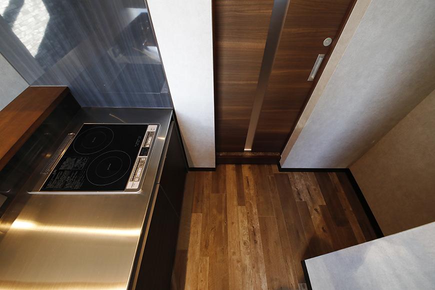 写真右側は冷蔵庫を置くスペースです。扉は、水廻りスペースへの入り口です。_MG_8549