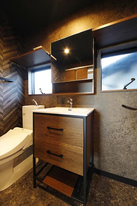 木目調とブラックアイアンのシンプルな洗面台です。_MG_8595