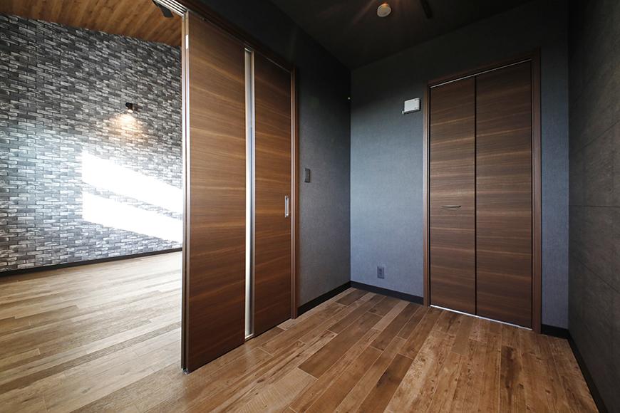 写真左側がLDKスペース。  LDKスペースと隣り合う洋室は、スライド扉で出入りします。_MG_8691