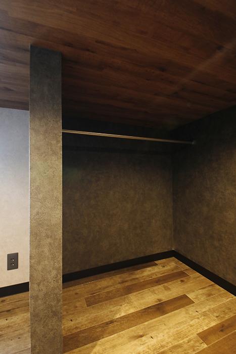 左右のスペースには、ハンガーパイプが通っていて、衣服をハンガーで掛けられます。_MG_8768