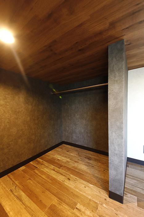 左右のスペースには、ハンガーパイプが通っていて、衣服をハンガーで掛けられます。_MG_8771