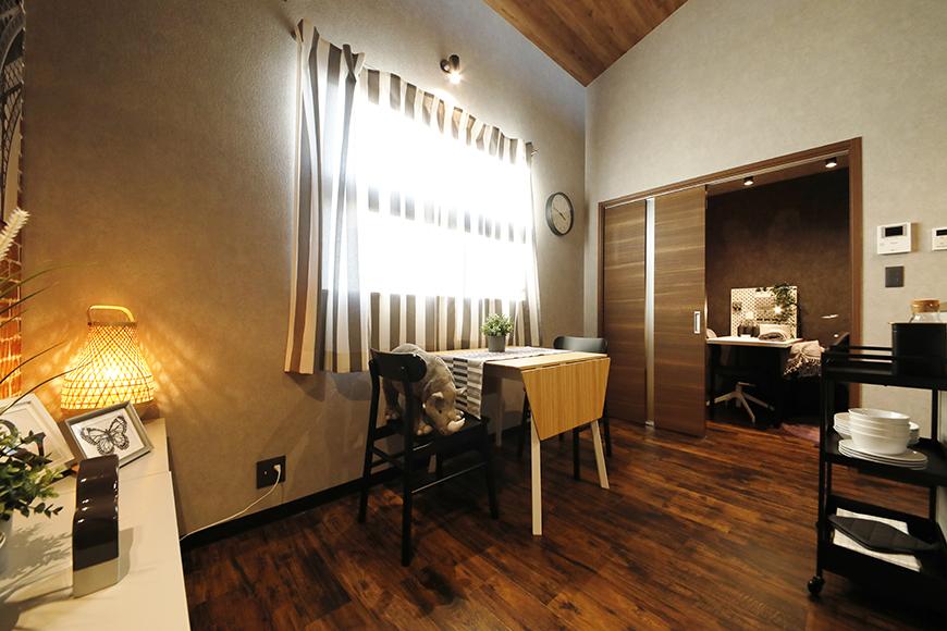 ダイニングテーブルの向こうに見えるのがスライド扉で仕切られた洋室です。_MG_9192