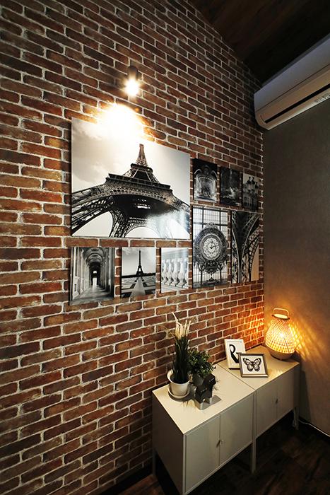 <赤レンガタイル柄>の壁面には、このようなモノクロのアートポスターを飾ると映えますね。_MG_9209