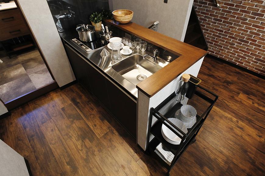 キッチンも、ダークブラウンのパネルにステンレスのトップがとてもスタイリッシュです。_MG_9249