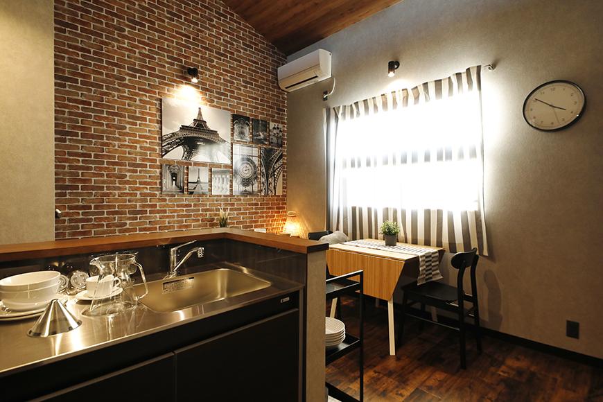 キッチンスペースから見た<赤レンガタイル柄>の壁面  おしゃれなカフェみたいに思えてきませんか(^_^)_MG_9268