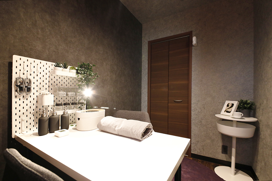 洋室は、3.2帖のスペースです。  今回は、ネイルサロンのイメージで家具などを配置しています。_MG_9353