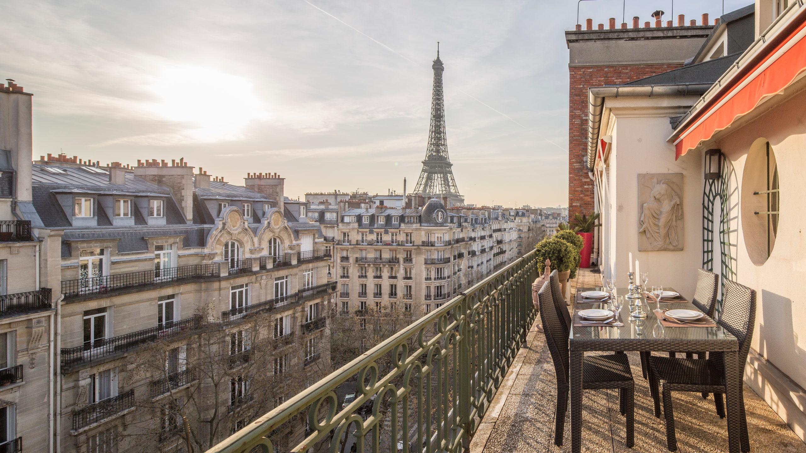パリの建物とエッフェル塔