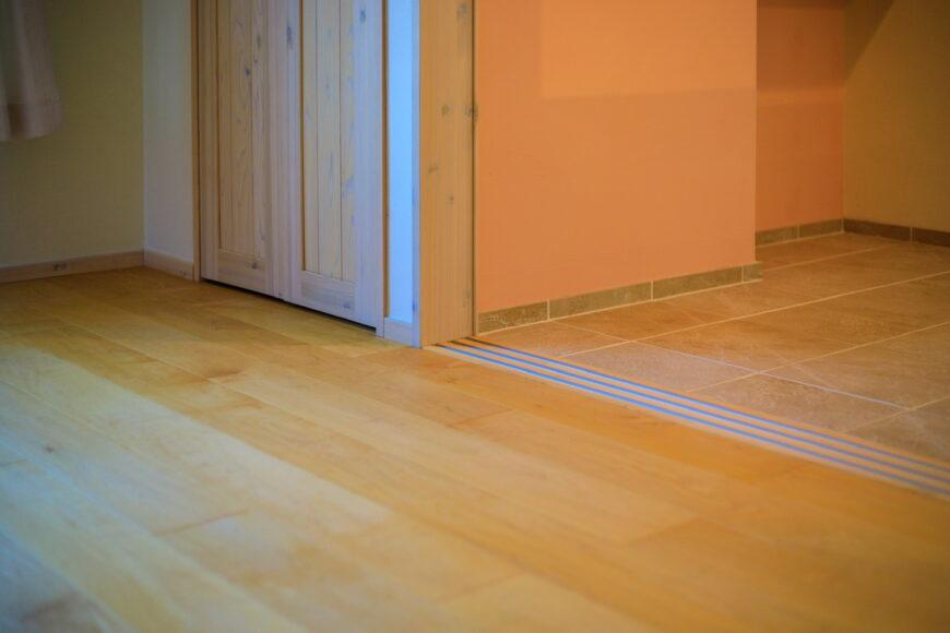 洋室とサンルームの床