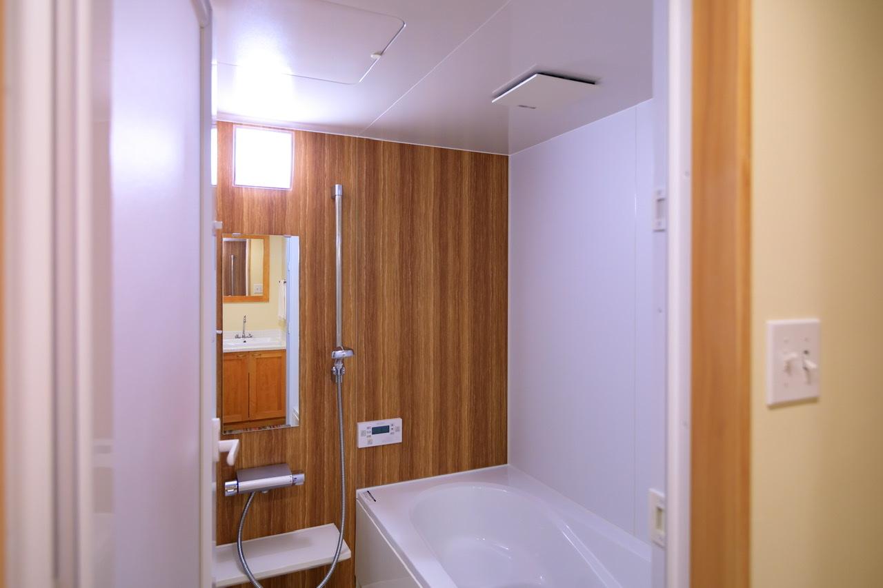 清涼感を感じるバスルームの木目
