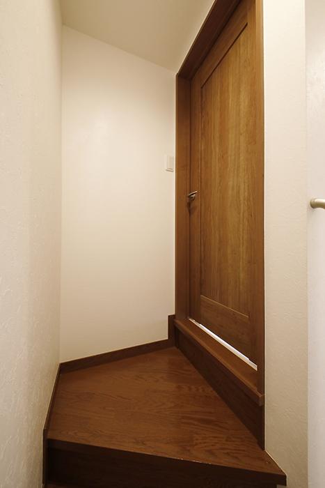 【RadIAnceさくら(レイディエンスさくら)】4階への階段を上るとドアが一枚_MG_1280
