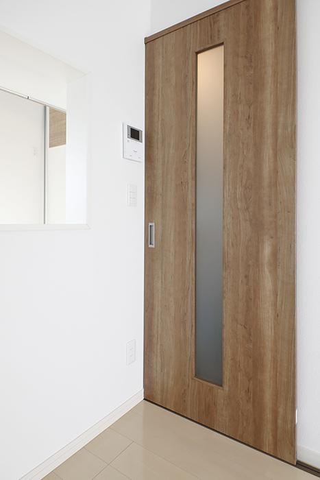 【RadIAnceさくら(レイディエンスさくら)】2階_LDK_3階へ上る階段へのドア_MG_1006