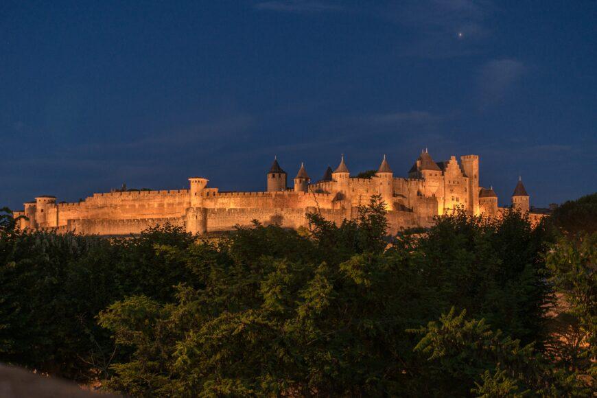 ライトアップされる古城