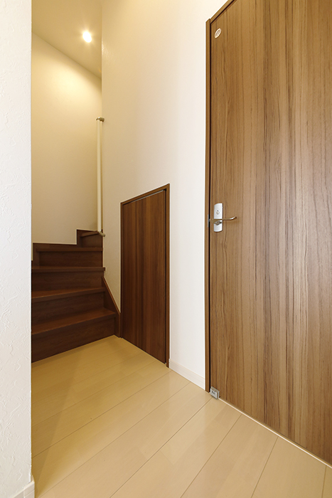 【RadIAnceさくら(レイディエンスさくら)】3階_廊下_トイレへのドアとアンダーロフトへのドアです_MG_1164