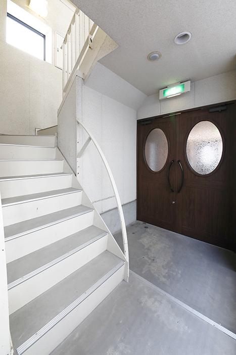 【ジュネス・5・栄】_共有_エントランスから階段スペース_MG_2462