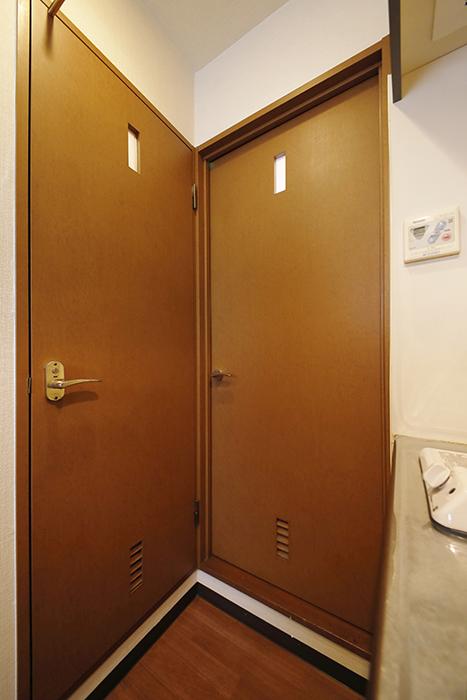 【ジュネス・5・栄】_2C号室_水回り・トイレへのドア_MG_2265