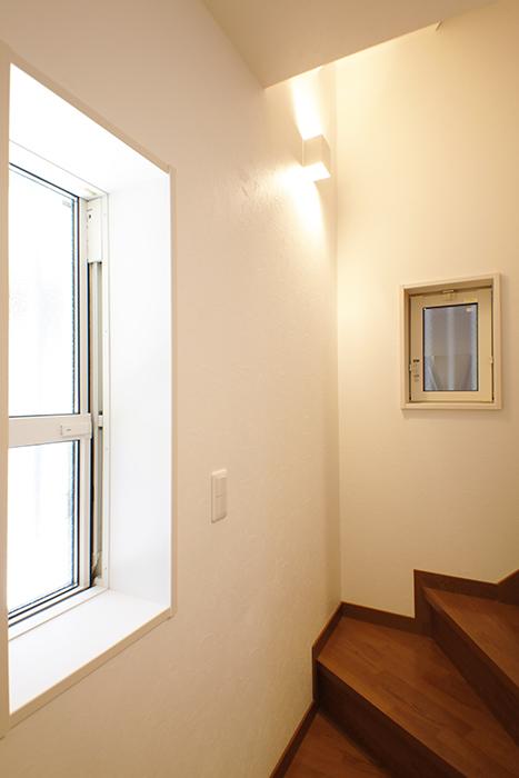 【RadIAnceさくら(レイディエンスさくら)】1階_2階への階段_MG_0759